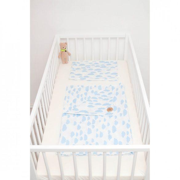 Fehér alapon világoskék felhős ágyneműszett babának